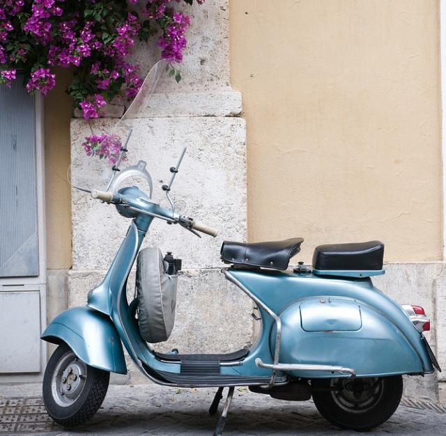 Четири пъти годишно дизайнерите на Vayana Collection лично подбират платове в италианския град, прочут с изключителния си текстил